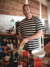 Runchi aka DJ Ronko haciendo salmorejo // Runchi aka DJ Ronko preparing salmorejo (sauce)